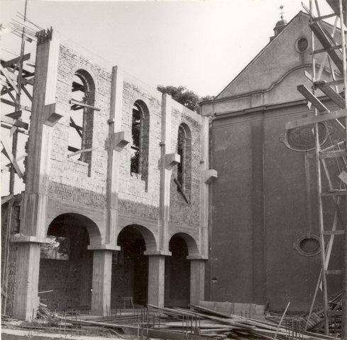 Widok nowej części kościoła w trakcie budowy.
